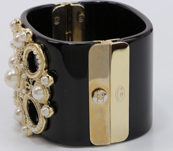Manchette Chanel en bakelite noire